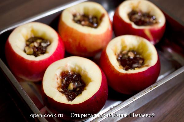 Печеные яблоки с вареньем