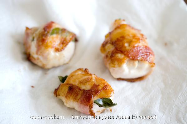 Куриное филе с базиликом в беконе