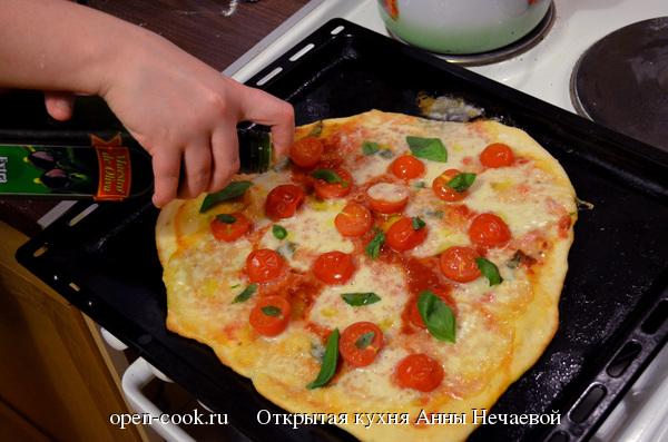 Пицца с моцареллой и помидорами черри