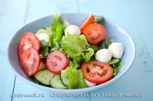 Салат с мини моцареллой