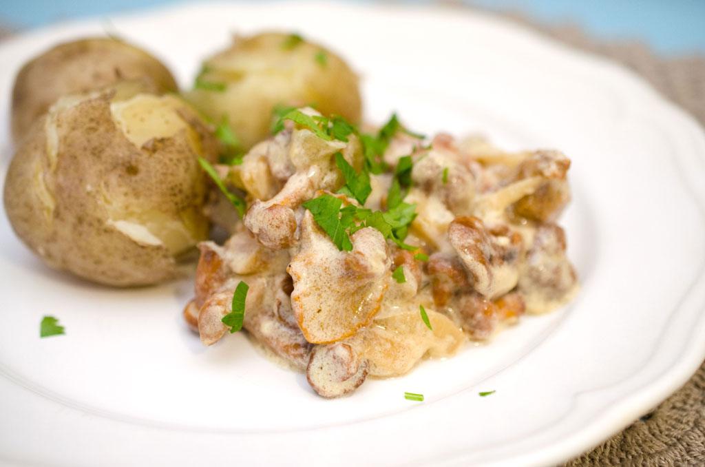 Картошка с тушенкой в горшочках в духовке рецепт