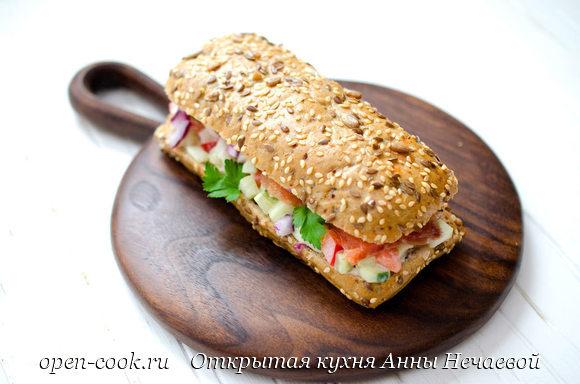 Сэндвич с лососем и салатом
