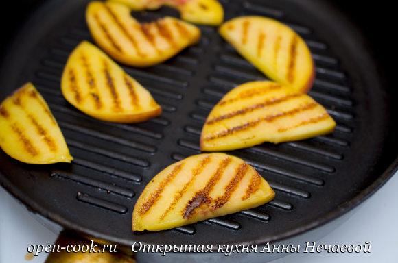 Салат с жареным персиком и сыром