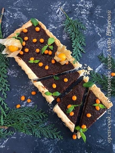 Шоколадно-карамельный тарт с облепихой