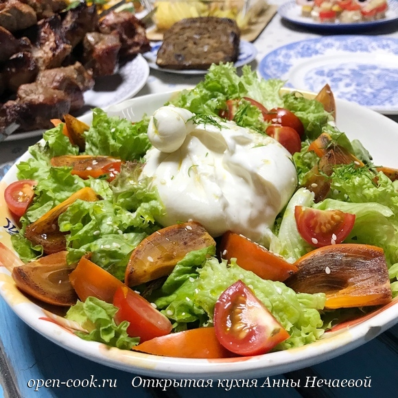 Салат с хурмой и бурратой.